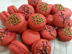 New year macarons ! Hand drawn Chinese character for good fortune & peach bloosoms Chinese New Year Desserts, Chinese New Year Cookies, Chinese New Year Food, Baked Recipes Snacks, Baking Recipes, Macaroon Cookies, Meringue Cookies, Macarons, How To Make Macaroons
