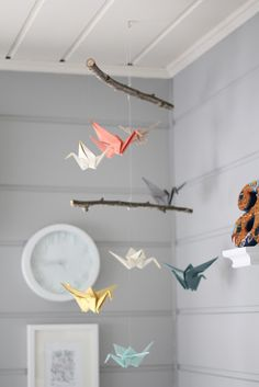 oregami birds on wooden branches Oragami Mobile, Mobile Montessori, Crane Mobile, Mobile Craft, Diy For Girls, Baby Room Diy, Baby Room Decor, Baby Rooms, Comment Faire Un Origami