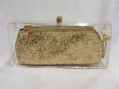 Clutch acrilica com ponto de luz,bolsinha em gliter dourado com forro em cetim, ziper de metal, puxador dourado, corrente na lateral. Nossos produtos são feitos artesanalmente. R$ 229,00