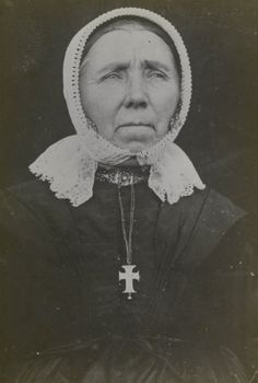 Vrouw uit Barneveld in Veluwse streekdracht. De vrouw is rooms-katholiek. Ze draagt een cornetmuts, waarvan de voorstrook doorloopt tot onder de kin. ca 1890 #Gelderland #Veluwe #nieuwedracht #Barneveld