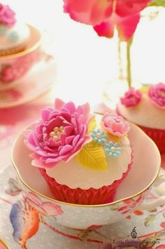 Amazing Snaps: Pink Champagne Cupcakes |see more