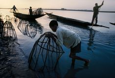 Fishing in Mali by Steve McCurry Steve Mccurry, Ex Yougoslavie, Vivre A New York, Les Philippines, World Press Photo, Afghan Girl, Intimate Photos, Magnum Photos, Photojournalism