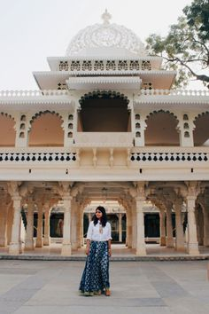 tips for Udaipur Rajasthan Beautiful Castles, Beautiful Places, Travel Pose, Travel Goals, Tips For Traveling Alone, Mud Hut, India Architecture, India Travel Guide, Hampi