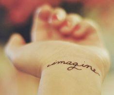 On est fans des petits tatouages discrets, ces petits clins d'oeil indélébiles dessinés sur un doigt, une main ou un poignet. Voici nos coups de coeur. Focus : imagine
