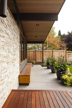 A Sparkling Mid-Century House in Seattle, Gets a New Life - Mid Century Home Mid Century Landscaping, Backyard Landscaping, Modern Backyard, Mid Century Ranch, Mid Century House, Modern Front Porches, Mid Century Exterior, Exterior Remodel, Back Patio