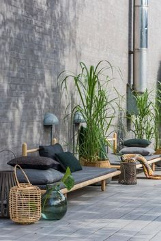 Vi besøger her tre usædvanlig vellykkede uderum, der er indrettet, som var de opholdsstuer. Garden Design Trends Compact Cosiness: Make the most of a small space, create a cosy feel with seating, try dwarf plants and fruit trees in pots. Outdoor Rooms, Outdoor Living, Outdoor Decor, Outdoor Lounge, Outdoor Daybed, Lounge Seating, Patio Daybed, Outdoor Retreat, Garden Seating