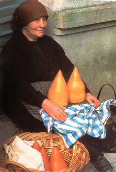 Vendedora de queijos de S. Simom da Costa em Vilalva. Década de 60. Foto de Josip Ciganovic.