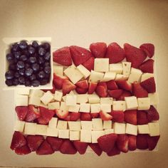 red white and blue party tray Summer Snacks, Summer Recipes, Summer Fun, July 4th Appetizers, Patriotic Recipe, Mozzerella, Cake Tray, Party Trays, Blue Party