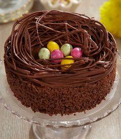nid-de-paques-au-chocolat-branches-au-chocolat-et-oeufs-au-chocolat-au-milieu-idée-de-menu-de-paques-dessert