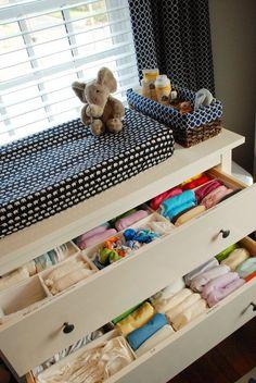 Kinderzimmer-Organisation: Baby-Kleidung in Schublade ordnen. cloth diaper organization