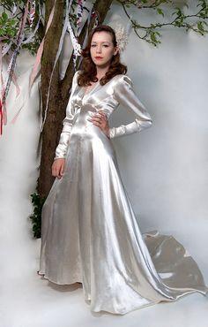seide lang The Perfect Wedding Dress For The Bride Heavenly Vintage Brides… Dresses Uk, Satin Dresses, Pretty Dresses, Vintage Dresses, Beautiful Dresses, Silk Satin Dress, Bridal Gowns, Wedding Dresses, Glamorous Dresses
