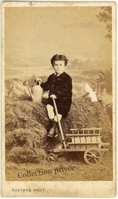 jouets d'enfants, jeux de photographes : Garçon avec chariot et un arrosoir. Photographie ...