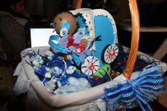 cestinha com sabonetes preparaçao para lembranças de baptizado com boneco bebe fofucho no centro