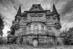 Abandoned villa Germany © Jascha Hoste This place is Spooksville! Abandoned Property, Abandoned Churches, Abandoned Mansions, Abandoned Places, Spooky Places, Haunted Places, Creepy Houses, Haunted Houses, Old Mansions