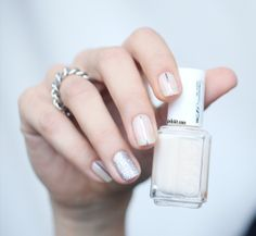 Nude nail art : Mademoiselle Essie + striping tape + glitters