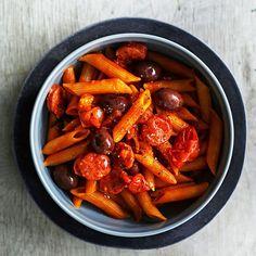 Tämä makkarapasta valmistuu yhdessä pannussa, sillä pasta keitetään kastikkeen mukana. Jos haluat makkaroihin enemmän poltetta, lisää ruokaan chiliä.