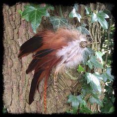 Dieser Federclip mit Vogelkopf sieht fast so aus wie ein echter Vogel! Stecke ihn dir in die Haare oder an deine Kleidung, so hast du ein ganz besonderes Schmuckstück! Jeder Clip ist ein Unikat. Dieser ist noch zu bekommen in meinem Shop!