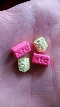 tekzor668:  Good Luck in a hand (XTC-bar w/180mg | KNVB Dutch lion 2C-B w/???  Lions are supposed to be 18+/-mg of 2cb