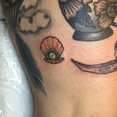 "Guen Douglas på Instagram: ""Little above the knee pearl diver on this lovely lady that always comes to visit! Tough to take photos. #tattoos #tattoo #magicmoonneedles…"""
