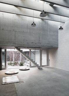Prominent German photographer Juergen Teller's workspace is a multifaceted concrete photography studio, designed by Architects and located in West London, England. Concrete Facade, Exposed Concrete, Concrete Floors, Polished Concrete, Juergen Teller, Tom Emerson, Jorn Utzon, Architects London, Famous Architects
