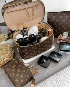 Louis Vuitton Keepall, Louis Vuitton Taschen, Pochette Louis Vuitton, Louis Vuitton Speedy Bag, Louis Vuitton Monogram, Vuitton Bag, Louis Vuitton Makeup Bag, Luis Vuitton Wallet, Accessoires Louis Vuitton