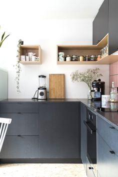 INTERIEUR VAN EIGEN HAND • de zwarte, zelfgemaakte keuken werd afgemaakt met tweedehands, roze tegeltjes | de black, handmade kitchen is finished with secondhand, pink tiles | vtwonen 06-2018 | Styling & Fotografie Jonah Samyn | Tekst Katrien Depoorter