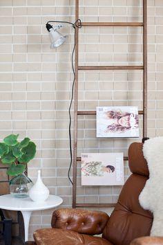 20 Mieterfreundliche Deko Ideen, die deine Wohnung verzaubern - Leiter als Dekoration