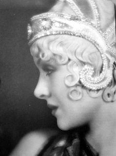 1920s kiss curls