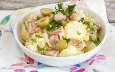 Συνταγή για πατατοσαλάτα με τόνο, ελιές, μυρωδικά και σάλτσα μαγιονέζας-μουστάρδας