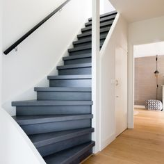 a black staircase in every interior vtwonen - een zwarte trap in ieder interieur Black Staircase, Staircase Design, Interior Staircase, Open Trap, Painted Stairs, House Stairs, Tiny House Plans, Stairways, Home Deco