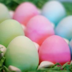 I love this Easter craft for kids. Wondering how to dye Easter eggs this year? How about with the ombre trend!