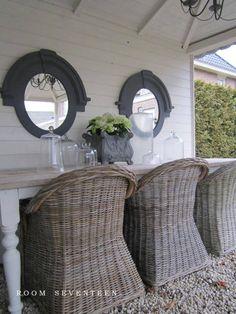 Mooie tafel, spiegels, stolpen