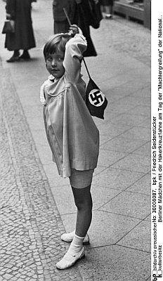 """Seidenstücker, Friedrich: Berliner Mädchen mit der Hakenkreuzfahne am Tag der """"Machtergreifung"""" der Nationalsozialisten, 1933"""