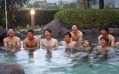 由布院で露天風呂に入る、左から石原、福井、大瀬良、小窪、新井、菊池、中崎、野村