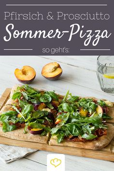 Diese Sommerpizza ist so lecker, dass dass wir sie rund ums Jahr auf den Tisch bringen möchten. Süßer Pfirsich, herzhafter Weichkäse, knuspriger Parmaschinken und ein bisschen frischer Rucola - einfach köstlich!