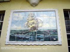 """Painel de Azulejos.  Painel típico das casas """"portuguesas"""". A nau navegando em """"mares nunca d'antes navegados""""."""