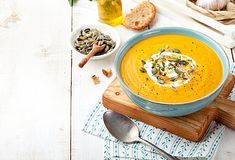 Oosterse pompoensoep Roast Pumpkin, Pumpkin Soup, Curry Coco, Homemade Beans, Vegetarian Recipes, Healthy Recipes, Soup Recipes, How To Roast Hazelnuts, Coconut Soup