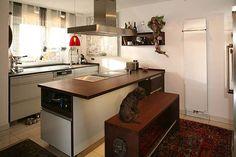 Dackel Sammy in der Massivholzküche aus Thermobuche mit weißen Glasfronten