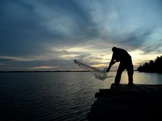 El Salvador - Pescador con atarraya en Bahia de Jiquilisco