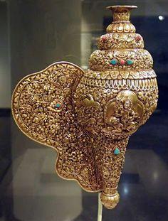 L〰Gilded carved Conch Trumpet, Tibet Tibetan Art, Tibetan Buddhism, Buddhist Art, Shell House, Tibetan Jewelry, Historical Artifacts, Shell Art, Sacred Art, Sea Shells