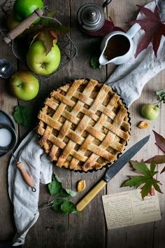 Delicious recipe for apple pie with caramel sauce. Autumn classic, full of warming spices and lovely, buttery pastry. Try it today! Autumn classic, apple pie with delicious caramel sauce. Really easy recipe for excellent pie! Homemade Apple Pies, Apple Pie Recipes, Fall Recipes, Vegan Recipes, Just Desserts, Delicious Desserts, Dessert Recipes, Yummy Food, Fall Desserts