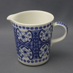 Entertain, gather, and turn your house into a home that's undeniably yours with the Ali Blue Creamer by Arabia of Finland. Blue And White China, White Porcelain, Scandinavian Design, Metallica, Finland, Pottery, Entertaining, Ceramics, Dishes