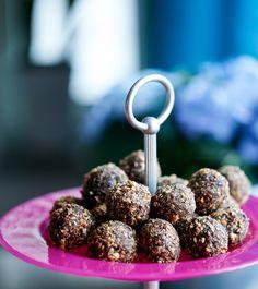 Lyxiga chokladbollar rullade i rostade hasselnötter, kan det vara något till fikat kanske? Dessa är även 100% gluten, laktos och utan vitt socker, enbart naturliga ingredienser! Ingredienser: 12 färska urkärnade dadlar 2 dl hela osaltade cashewnötter 1 dl kokosflingor 4 msk kakao 3 msk smält kokosolja 1/2 tsk vaniljpulver Ca 50 gram hasselnötter till att […]