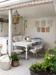 shabby chic patio/porch dining (originally spotted by ) Patio Shabby Chic, Shabby Chic Terrasse, Shabby Chic Homes, Outdoor Rooms, Outdoor Living, Outdoor Office, Outdoor Seating, Veranda Pergola, Casas Shabby Chic