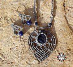 macramotiv.com Micro-macrame knotted jewellery set with sodalit cabochon.  Csomózott makramé ékszerszett szodalit ásvánnyal és lápisz gyöngyökkel. Meska boltom:  https://www.meska.hu/Shop/index/17554
