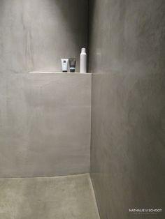 Badkamer in verbau betonstuc kleuren 01 128 steenkool en 05 donker graniet betonstuc - Badkamer minerale ...