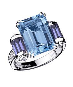 Bague Couleur Baiser Cette bague en Topaze Bleue (5,50 carats) de taille émeraude est idéale pour l'élue de votre coeur. Or blanc 18ct et deux rouleaux sertis de Iolites taille baguette. Pavage diamants : 0.41ct
