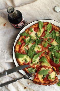 PIZZA 1 hienonnettu kukkakaali(kypsennä vesitilkassa 5min. siivilöi ja purista kaikki neste pois) 1 kanamuna, 0,5dl chevreä, 2tl psylliumia, suolaa, oreganoa. sekoita ainekset ja muotoile 1cm paksuksi levyksi uunipellille. paista 200C 35-40min. lisää pizzatäytteet pohjan päälle ja paista vielä 10 min