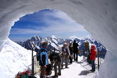 """Por Heitor e Silvia Reali, do site Viramundo e Mundovirado Esquiar pela manhã e caminhadas ao sol à tarde? Também pode ser o contrário. Onde? Em Chamonix, pitoresca vila de montanha incrustada no vale de L'Arve, e envolta pelo maciço de Mont-Blanc, nos Alpes --cadeia montanhosa que abre um arco sobre França, Itália e Suíça....<br /><a class=""""more-link"""" href=""""https://viagem.catracalivre.com.br/geral/mundo-viagem/indicacao/em-chamonix-da-para-curtir-inverno-e-verao-ao-mesmo-tempo/"""">Continue…"""