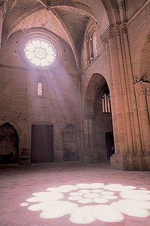Catedral de la Seu Vella o catedral antigua de Lérida, es el monumento más emblemático de la ciudad, se construyó en estilo románico, aunque sus bóvedas son de crucería ojival góticas. Se alza en el cerro conocido como Turó de Lleida que domina la ciudad y la comarca del Segrià. Su estilo tardorrománico, o de transición, posee las formas románicas y la monumentalidad del gótico. Sus portadas y capiteles generaron un importante taller escultórico románico conocido como la Escuela de Lérida.